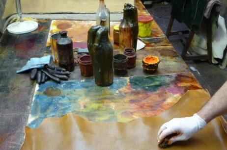 Teinture des peaux à la main